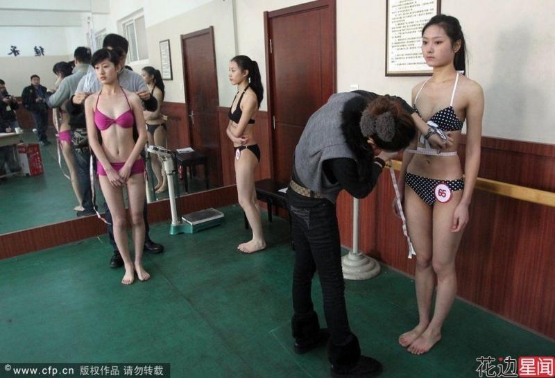模特兒選拔為了確保『貨真價實』竟然要求女生脫下泳裝上衣「裸量」敏感女生被摸到當場痛哭!