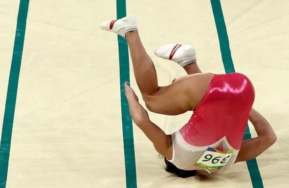 41歲的體操選手在奧運賽場成了她的「死亡之跳」跳下去的瞬間讓評審都鴉雀無聲...