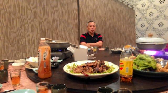 61歲爺爺等一整晚都等不到半個家人出現吃生日餐,心碎的他做了「這件事」讓餐廳裡所有人都笑了!