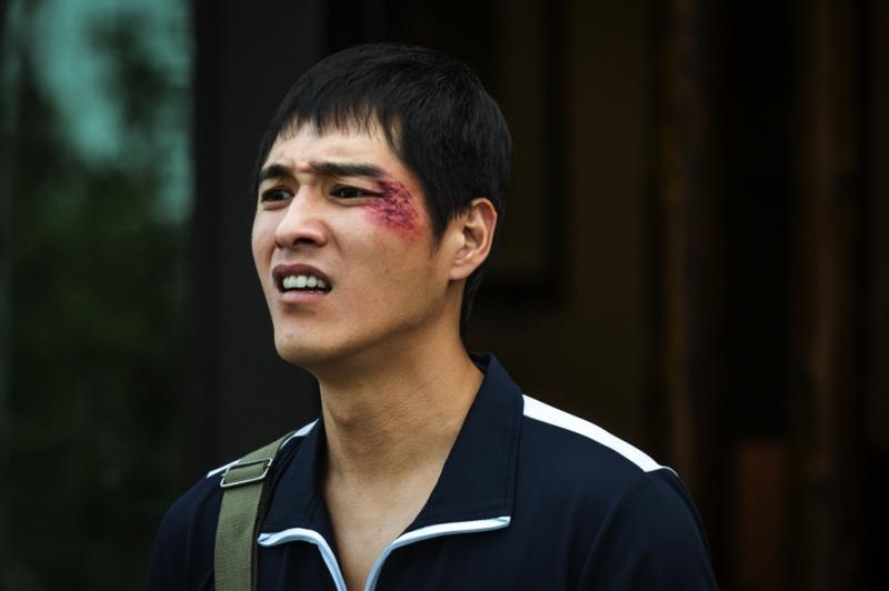 1分鐘內上下近2-30階樓梯,藍正龍演到「好想吐」?!一路負傷演出的他這樣說...角色苦到不能再苦!