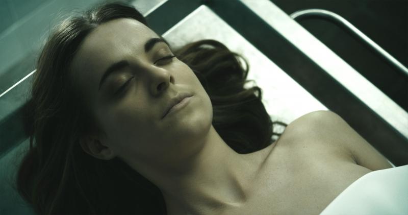 屍體居然復活了,更瞪眼追殺姦屍犯?!西班牙女星全裸上陣,還被施以「OO」急救術...