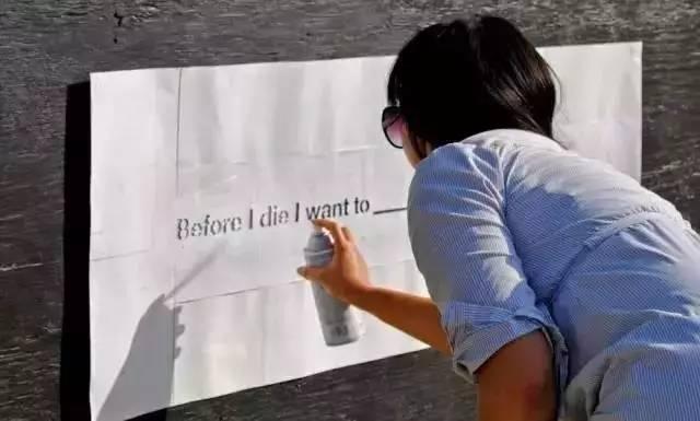 這個女孩在牆上寫了「7個字」,卻讓全世界的人都趕了過來!?