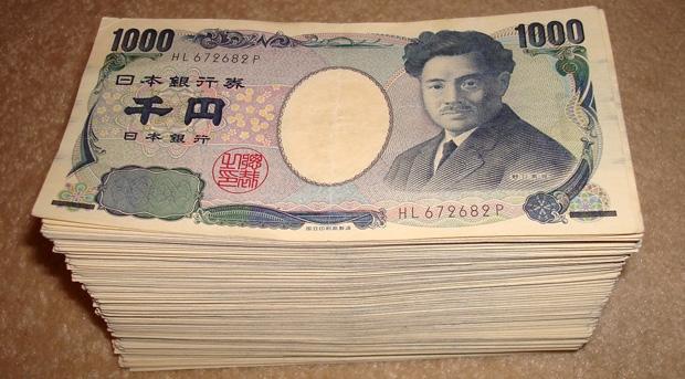 裝笨還是無知?日本妹子吐槽「媽媽給個錢裡有假鈔」,結果反被網友吐!