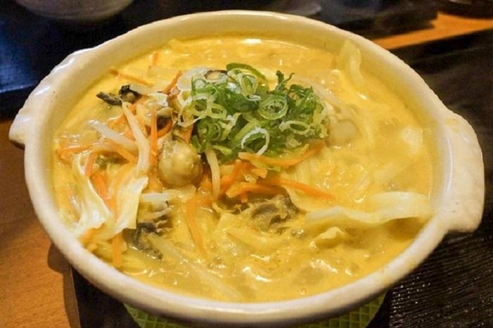 創新美味的香濃金色黃澄日式千成咖哩烏龍麵