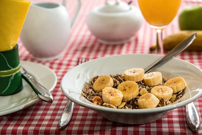 多吃香蕉、奇異果可以強化大腦發展,抗老化?!4種減緩腦部退化的方法...最後一種好重要!