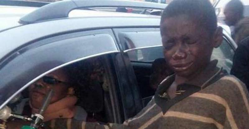 小男孩在馬路乞討時「突然崩潰大哭」,路人好奇跟著他看見車裡的畫面也跟著崩潰了!女駕駛竟然...