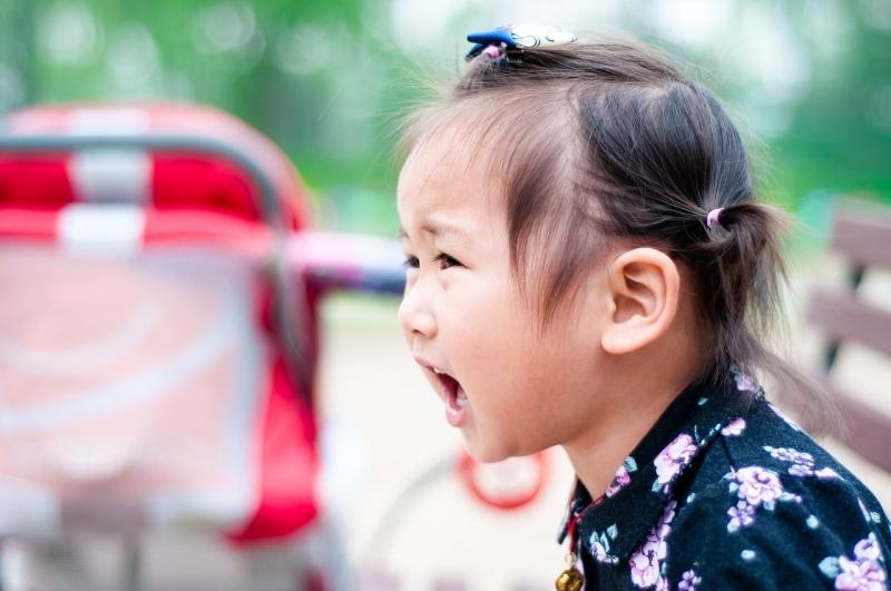 孩子在公共場合大發脾氣好丟臉?!如何讓失控的小霸王冷靜下來,「這一招」可以學起來!