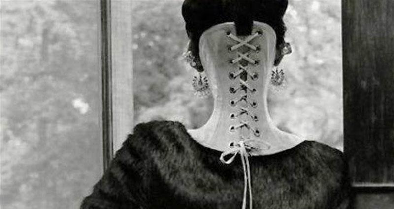 這個女人為了滿足丈夫奇怪的性癖好,硬是把自己的身體「進行變態的長期擠壓」!沒想到她「一個回眸」卻正翻所有網友!