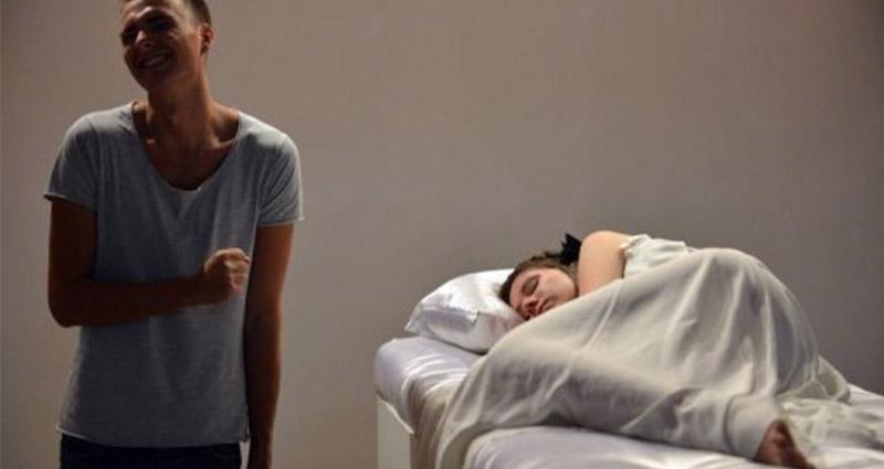 只怕你不敢上!烏克蘭超奇葩「睡美人展覽」,只要你吻醒沉睡的烏克蘭美女「就能把她打包帶走」!