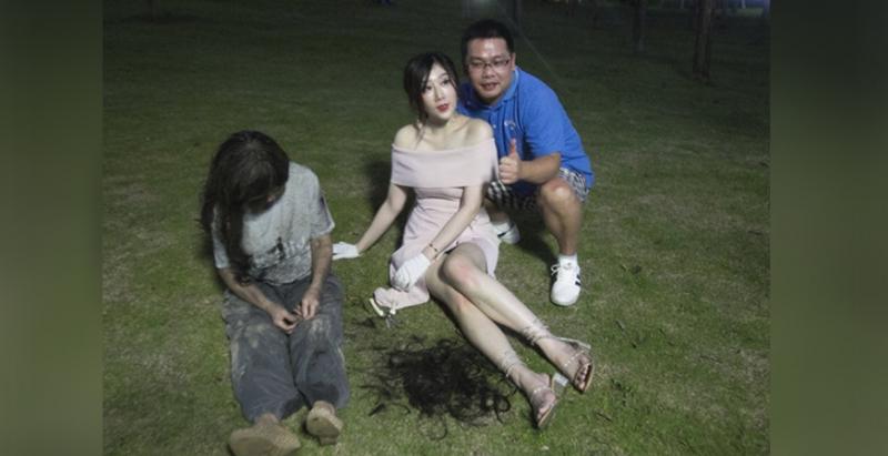 這名貴婦在公園幫「遊民剪髮」,當大家批評她作秀時,肥宅看到第三張就「忍不住衝上去合照」