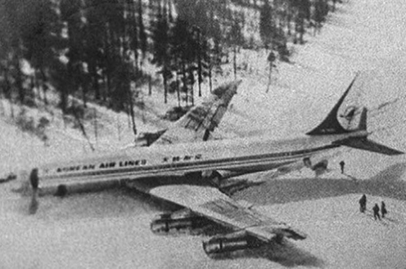 震驚全球!失蹤了35年的飛機竟然安全成功降落在機場...孩子們和親人都老了,而他們仍和當年一樣年輕