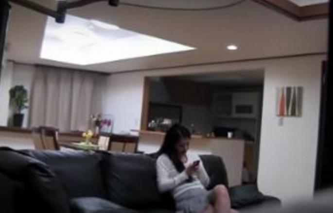 老公懷疑妻子包養小鮮肉,趁老婆不在的時候在房間裝了監視器,竟然拍下了驚悚畫面!