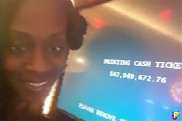 女子在賭場玩拉霸機中了「13億大獎」立刻自拍留念,沒想到卻被請出賭場!隔天領錢時竟然領到的是『補償方式』