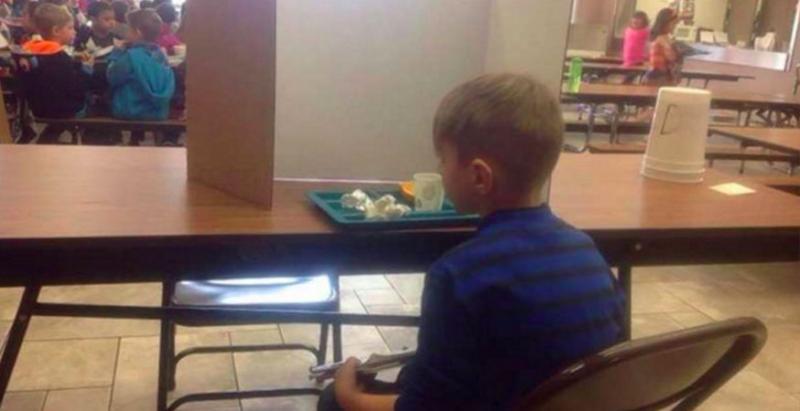 媽媽看到7歲兒子「一人落寞吃飯」的景象,原以為被同學排擠!沒想到「真相」讓她控制不住地大哭了!