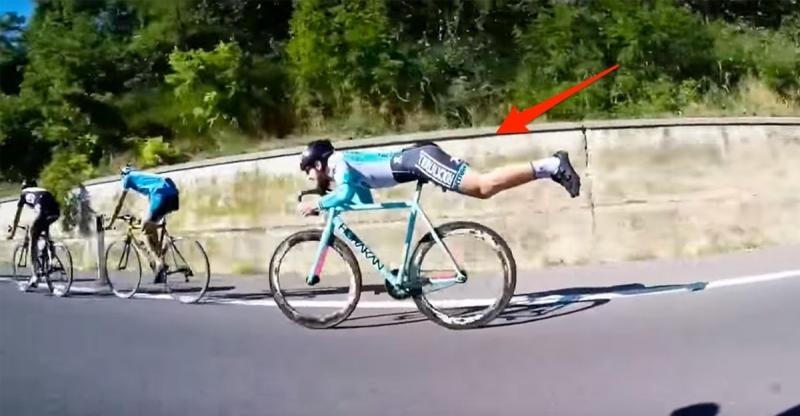 他在公路賽中被甩到最後一名後突然切換成「超人姿勢」,接下來的「超狂畫面」讓前面騎機車的領隊都看傻了!