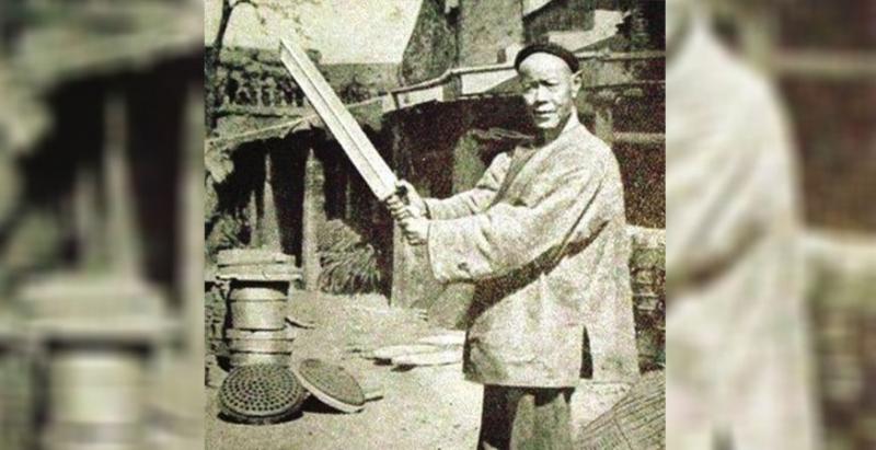 他是中國最後一位劊子手,一輩子「砍了300顆人頭」而享盡富貴,但最後他竟被自己所造的惡業給......