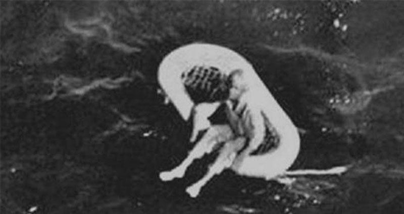 這個小女孩被人發現漂浮在暗黑之海上,獲救之後卻再也不說話!沒想到10年後,她才說出「讓人全身發寒」的事實真相...