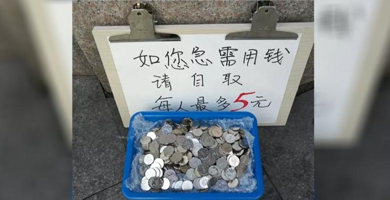 為了測試大家的人性黑暗面,把「一大桶硬幣」放在街上任人取用,經過「路人的行為」讓警察都不得不出現了…