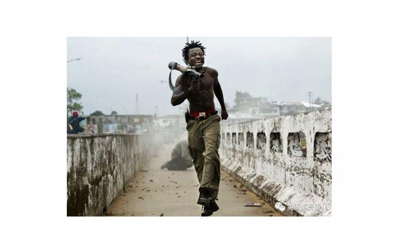 當年這個扛著火箭筒的紅內褲,一張照片,改變了攝影師和主角兩人的命...