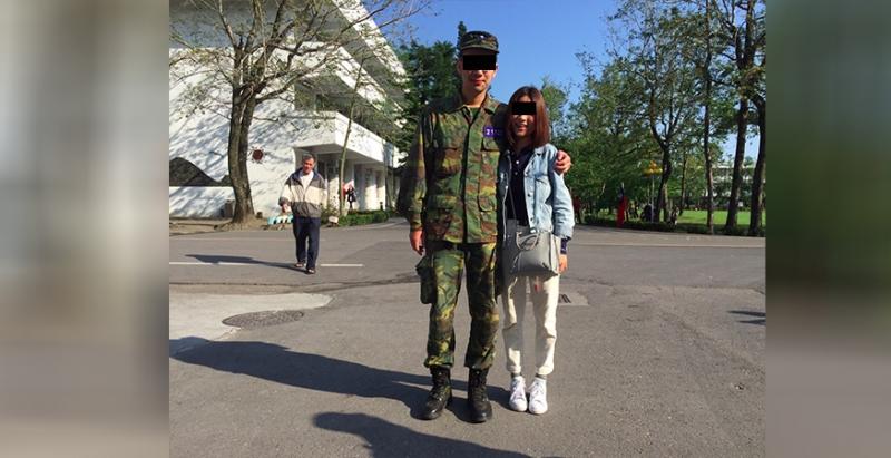 男友去當兵「願意等我就來送我,不願意就滾」,女友去了並給他「卡片和照片」,網友「男友GG摟~」