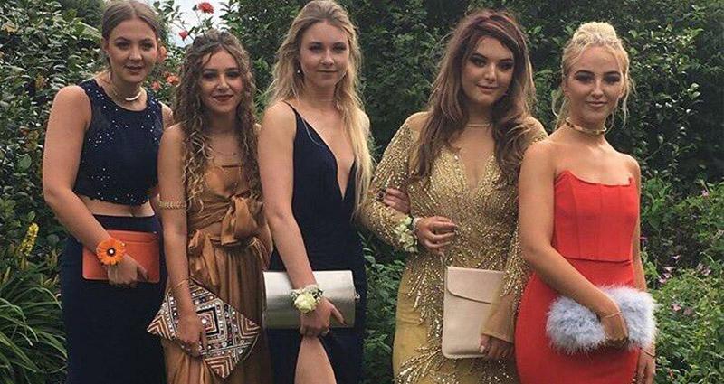 5個長髮正妹一起去參加畢業舞會,其中「有一個」身上藏違禁品,從照片就看得出來?