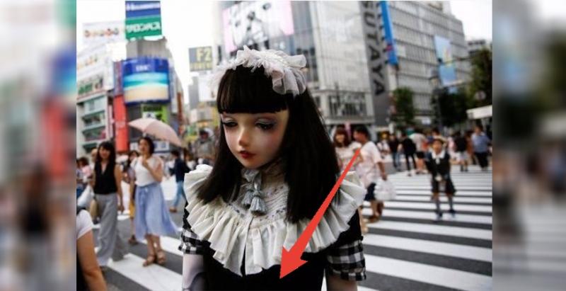 這名走在街上的「真人芭比」,路人都懷疑她整了容,但往下一看就發現這是「百分百原裝貨色」啊…