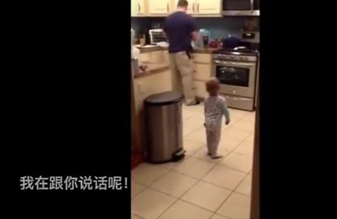 1歲寶寶不滿意被爸爸打屁股理論半天,最後一幕太暖心了!