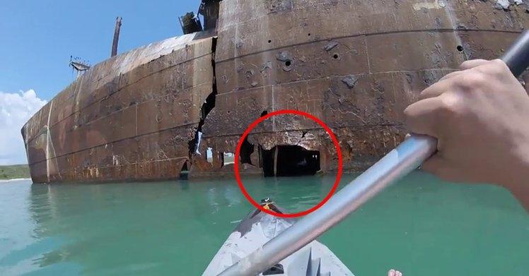 一名男子在划小木舟時意外發現「廢船裡有個小洞」,決定大膽闖入,結果「超神奇景象」完全看呆...