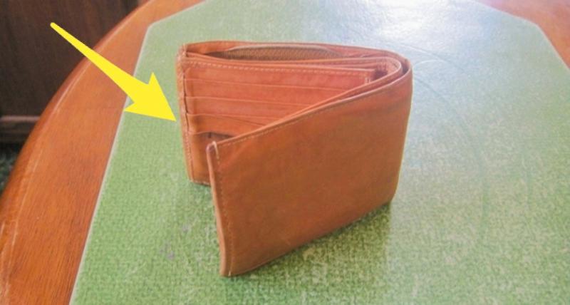 他在二手商店買了這個「破舊小錢包」被笑浪費錢,沒想到一看到「夾層裡的樣子」‥‥大家都衝去買了!