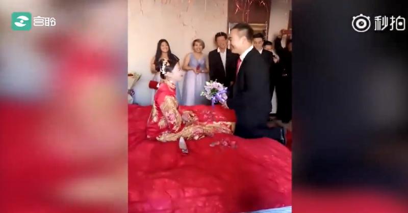 这大概就是嫁给了爱情吧,新娘子开心的像个三岁的小孩子!