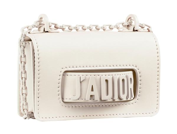 6a7fe8eb3e9c 「J'adior」包,是由創意總監Maria Grazia Cihuri入主迪奧後第一個發表的主打系列,最特別之處在於,其經典的方型包款上鑲釘上金屬「J'adior」標語的把手,可肩背,或  ...