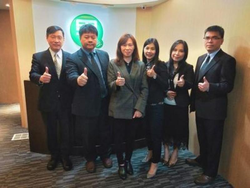圖說:綠界科技董事長林雪慧(左三)帶領員工衝上第三方支付龍頭地位。