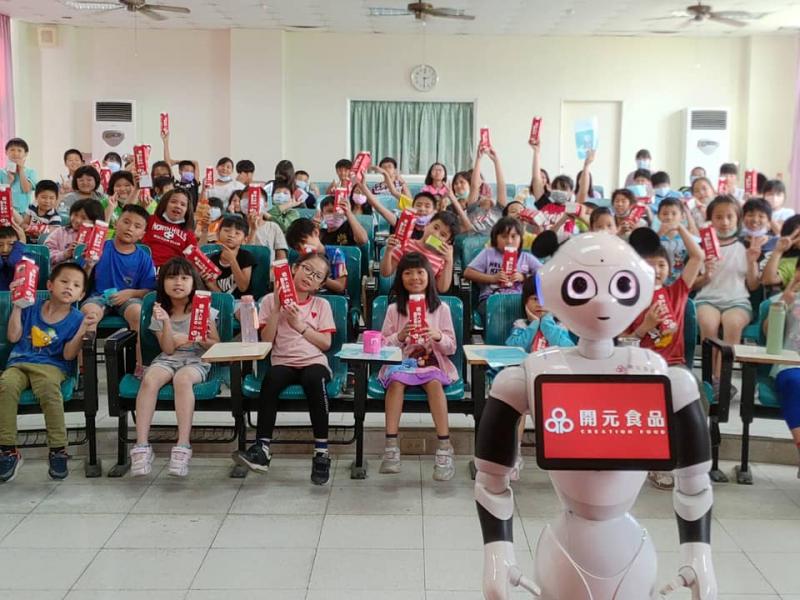 開元食品送戀職人鮮奶至偏鄉-與台灣機器人協會宣導網路安全使用及食品安全重要性